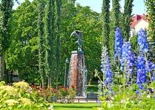 城市芬兰kotka横向公园岩石sapokka视图 一个雕塑喷泉Kotkat在西贝柳斯` s公园夏天下午 免版税库存照片