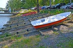 城市芬兰kotka横向公园岩石sapokka视图 为小船下降滑倒对海湾Sapokka 免版税库存照片