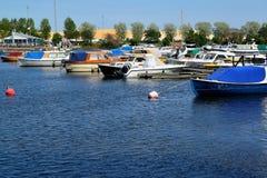 城市芬兰kotka横向公园岩石sapokka视图 在小船和游艇停车处的一个看法在海湾Sapokka 图库摄影