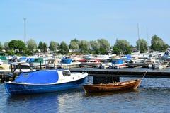 城市芬兰kotka横向公园岩石sapokka视图 小船和游艇停车处在海湾Sapokka夏天下午 免版税库存图片