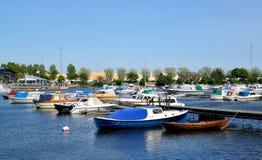 城市芬兰kotka横向公园岩石sapokka视图 小船和游艇停车处在海湾Sapokka 库存照片