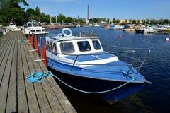 城市芬兰kotka横向公园岩石sapokka视图 小船在海湾Sapokka的停泊附近站立 库存图片
