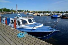 城市芬兰kotka横向公园岩石sapokka视图 小船站立在海湾Sapokka的近的码头 免版税库存照片