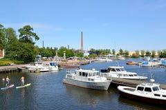 城市芬兰kotka横向公园岩石sapokka视图 海湾Sapokka的水区域与小船和游艇的 库存图片