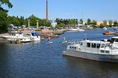 城市芬兰kotka横向公园岩石sapokka视图 海湾Sapokka的水区域的看法与小船和游艇的 图库摄影