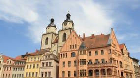 城市草坪喷水隆头正方形系统浇灌 城市教会双圆顶有五颜六色的历史建筑的 免版税库存照片