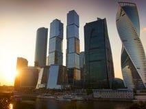 城市莫斯科俄国 商务中心国际莫斯科 山sim ural日落的城镇 免版税库存照片