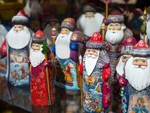 城市莫斯科的纪念品店的被绘的木圣诞老人 库存图片