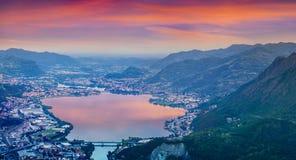 城市莱科和湖加尔拉泰的五颜六色的晚上风景 库存照片