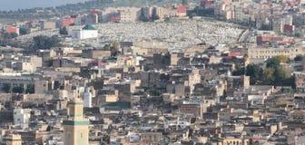 城市菲斯在附近的小山的摩洛哥公墓 免版税库存图片