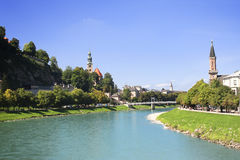 城市萨尔茨堡和萨尔察赫河河,奥地利看法  库存照片