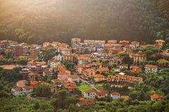 城市蒙泰卡蒂尼泰尔梅顶视图在托斯卡纳在夏天意大利,欧洲 库存照片