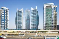 城市街市与摩天大楼和传输基础设施 库存照片