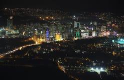 城市街市和摩天大楼的鸟瞰图从伊斯坦布尔青玉,土耳其 库存图片