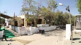 城市街道全景在有当地房子和人民的乔德普尔城 股票视频