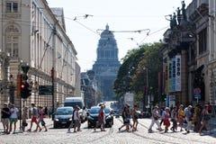 城市街道和正义宫殿在布鲁塞尔,比利时 库存照片
