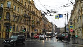 城市街道在一个雨天 库存照片