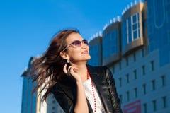 城市街道的愉快的妇女 免版税库存照片