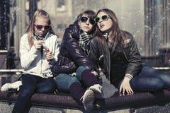 城市街道的愉快的青少年的女孩 免版税库存图片