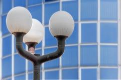 城市街道都市聚光灯有玻璃窗背景 免版税库存照片