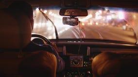 城市被弄脏的看法通过移动的汽车挡风玻璃和通过运转的刮水器 股票视频