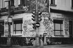 城市被绘的街道画的少数民族居住区街道 在题字红绿灯的肮脏的墙壁停车牌艺术性或社会摄影 免版税库存照片