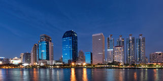 城市视图和湖在曼谷泰国停放 免版税库存照片
