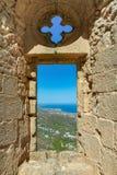 城市视图通过一个古老堡垒的窗口 免版税库存照片