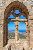 城市视图通过一个古老堡垒的窗口 免版税库存图片