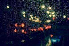 城市视图通过一个窗口在多雨夜 免版税图库摄影