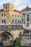 城市视图,被成拱形的石桥梁,普恩特de los佩利格罗斯和ancien 免版税库存照片