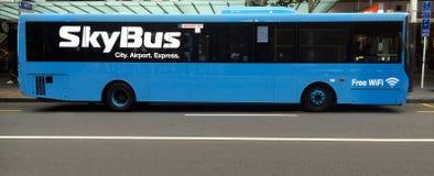 城市调动的servic的SkyBus奥克兰机场 库存照片