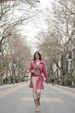 城市走的妇女年轻人 图库摄影