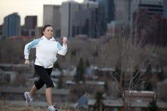城市跑步的妇女年轻人 库存照片