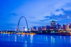 城市路易斯地平线st 圣路易斯的图象街市与门 库存图片