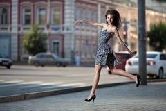 城市跳的街道妇女年轻人 库存照片