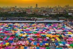 城市跳蚤市场或周末市场鸟瞰图有城市商业区背景 库存图片
