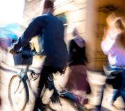 城市车行道的骑自行车者 免版税库存图片