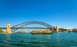 城市轮渡在悉尼港桥下-澳大利亚 免版税库存照片