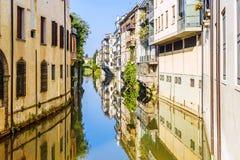 城市运河圣马西莫在的住宅房子中运行 图库摄影