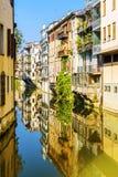 城市运河圣马西莫在的住宅房子中运行 免版税库存图片