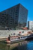 城市运河巡航 免版税库存图片
