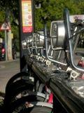 城市连续停放的聘用自行车 库存照片