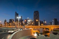 城市迪拜晚上场面 免版税库存图片