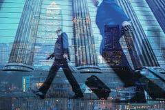 城市通勤者和摩天大楼多重曝光在伦敦 免版税图库摄影