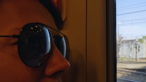 城市道路反射在旅游太阳镜的,火车远航,假期冒险 股票视频