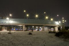 城市道路在晚上 与phonory的街道的支架 免版税库存照片