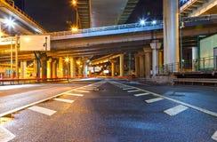 城市道路天桥在晚上 库存照片