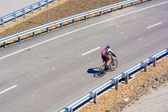 城市道路的骑自行车者没有交通 库存照片