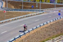 城市道路的骑自行车者没有交通 库存图片